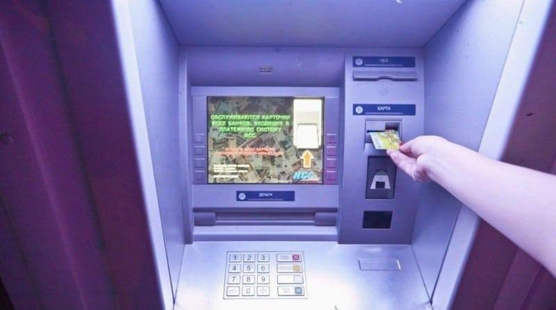 Как мошенники снимают деньги с банковской карты через мобильный банк